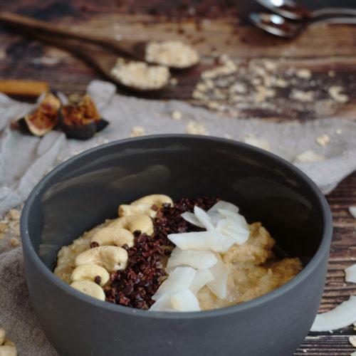 Veganer Kokos-Cashew-Porridge in der Schüssel