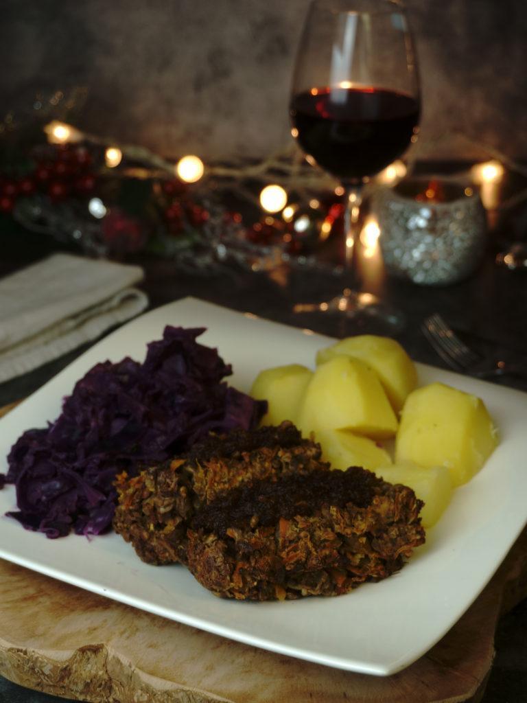 Veganer Linsenbraten mit Cranberrysoße und Apfelrotkohl